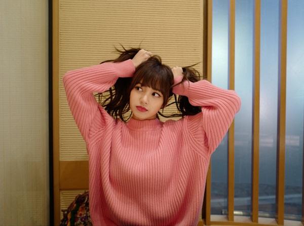 Lisa (Black Pink) nghịch ngợm thử buộc tóc vểnh hai bên.
