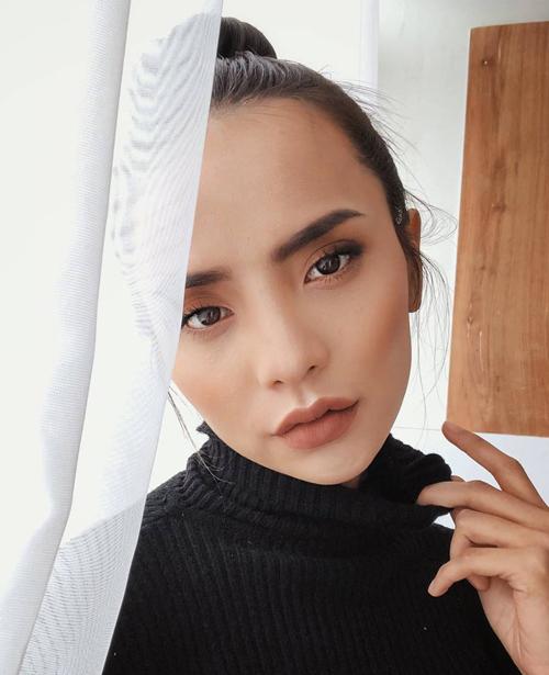 Với các tín đồ thời trang Hà thành, Bùi Linh Chi không phải là gương mặt xa lạ. Cô gái với nhan sắc đậm chất Tây này thường xuyên chụp lookbook cho các shop theo phong cách nữ tính, sang trọng.