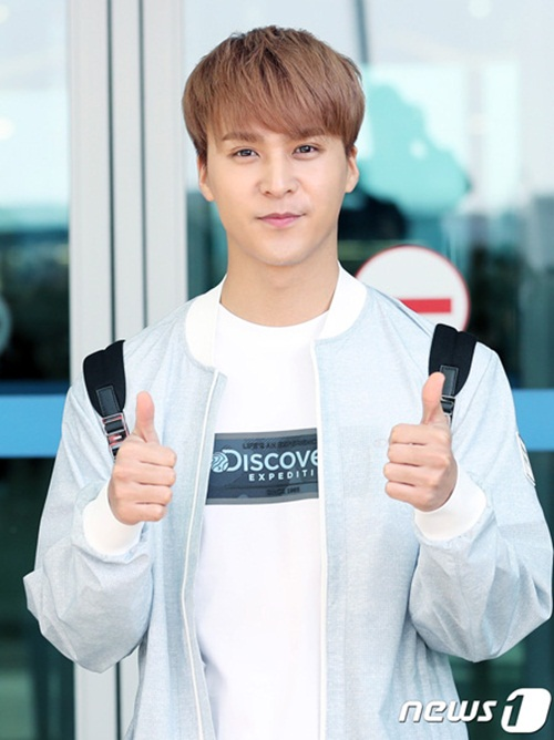 Dong Woon (Highlight) được khen ngợi là điển trai và cuốn hút hơn  nhiều so với vẻ ngoài cứng đờ, gượng ép mỗi khi chụp hình.