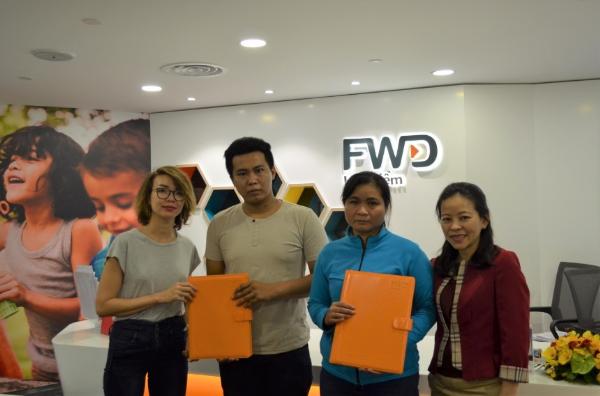 Trở về TP HCM, Tăng Nguyệt Minh cũng đã thực hiện một nghĩa cử đẹp khi cùng đại diện FWD tặng quà, sổ tiết kiệm và trao hợp đồng bảo hiểm cho mẹ con chị Trần Ly Pha - vợ của anh bảo vệ Trần Văn An đã hy sinh trong vụ cháy chung cư Carina.