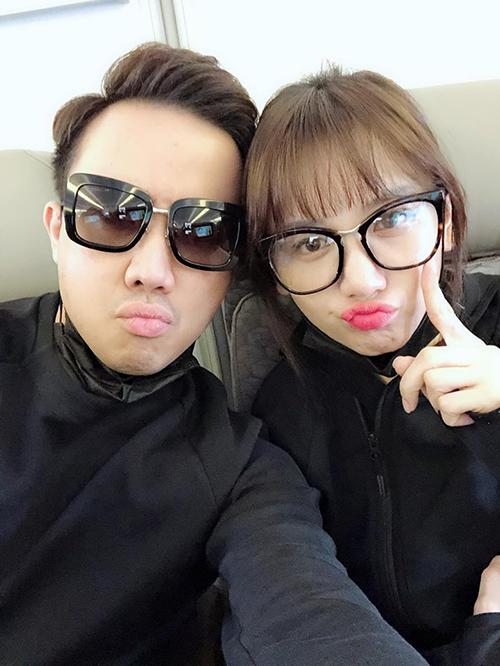 Vợ chồng Trấn Thành - Hari Won nhí nhảnh selfie trên chuyến bay sang Mỹ lưu diễn.
