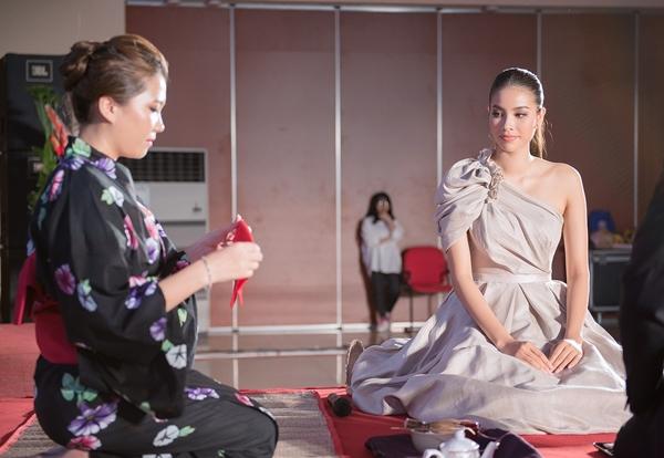 Cô còn được trải nghiệm những nét văn hóa của Nhật Bản như pha trà ngay trên sân khấu.