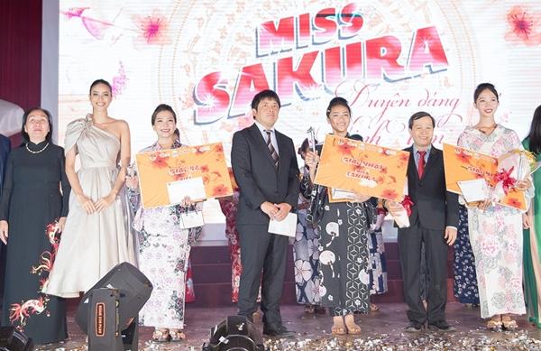 Phạm Hương hào hứng theo dõi các phần thi để tìm ra những bạn trẻ xinh đẹp, tài năng xứng đang đăng quang.