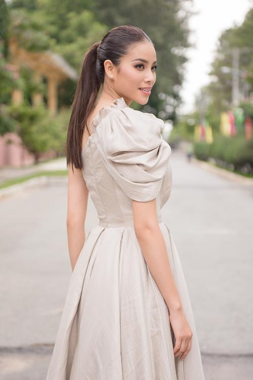 Phạm Hương diện bộ váy có thiết kế lệch vai của NTK Lê Thanh Hòa khoe vẻ gợi cảm.