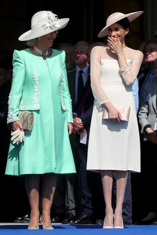 Xuất hiện lần đầu trước công chúng 3 ngày sau đám cưới, Meghan Markle chọn diện một bộ váy rất thanh lịch với tông màu nude be. Trang phục vẫn theo tiêu chí của hoàng gia đó là dài quá gối, phần tay voan tạo cảm giác kín đáo nhưng không quá nặng nề.