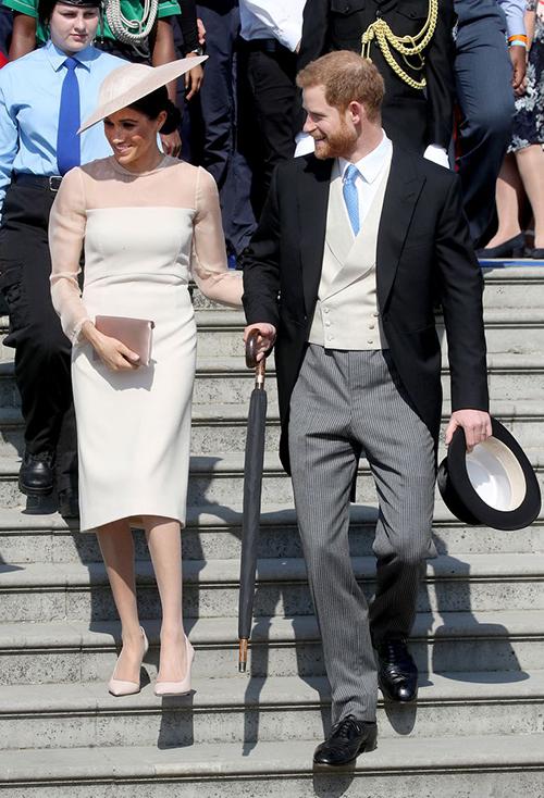 Phối cùng chiếc váy, Công nương chọn phụ kiện tông xuyệt tông màu nude nhã nhặn. Trang phục của cô nhận được nhiều lời khen ngợi và được nhiều tín đồ thời trang lùng mua theo.