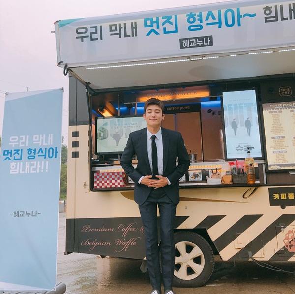 Park Hyung Sik cúi người cảm ơn đàn chị Song Hye Kyo vì đã gửi tặng xe đồ ăn và đồ uống tới trường quay Suits. Anh chàng có mối quan hệ thân thiết với Song Hye Kyo và Yoo Ah In vì cùng công ty quản lý.