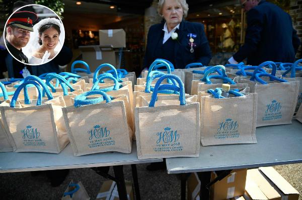 Những chiếc túi vải đựng quà cô dâu chú rể tặng 1.200 người dân được mời đến lâu đài Windsor dự đám cưới hôm 19/5