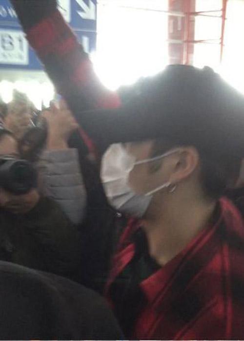 Những lần idol Hàn tơi tả tại sân bay vì fan cuồng - 8