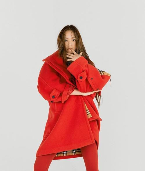 Krystal khiến fan thấy ngốt khi mặc áo dạ Burberry to sụ.