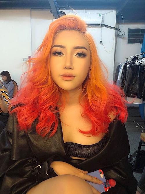 Orange không chỉ lên đời nhan sắc nhờ trang điểm mà còn đổi gió với phong cách sexy.