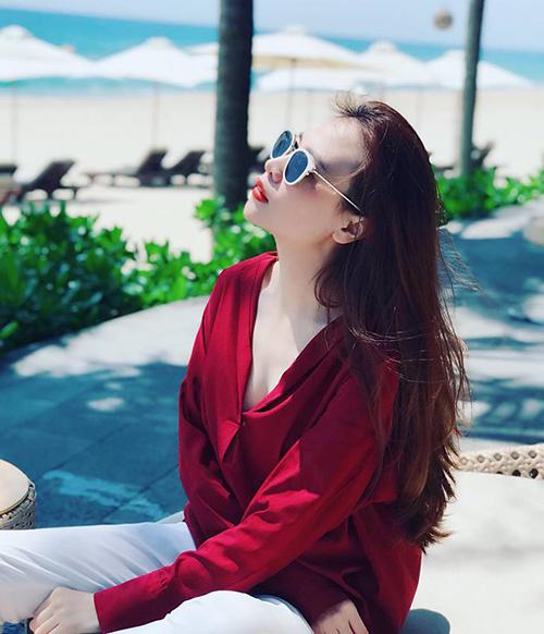 Đàm Thu Trang khoe vẻ sang chảnh trong nắng.