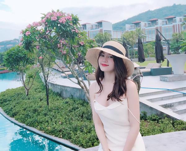 Lan Ngọc được khen xinh như Bạch Tuyết với tóc đen, môi đỏ, khoe làn da trắng trong chiếc váy lả lơi.