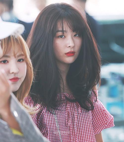Mái tóc bồng bềnh và cách trang điểm của Seul Gi được ca ngợi là đẹp như ảnh chụp tạp chí.