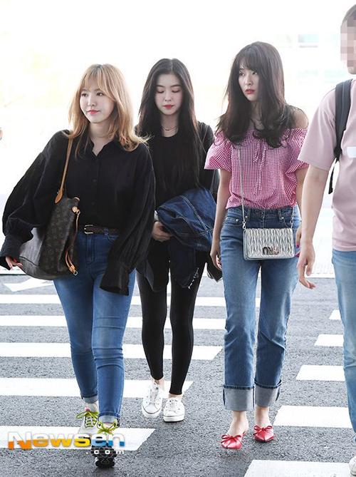 Wendy lộ nhược điểm chân ngắn, đùi to khi mặc quần jean bó sát. Nữ ca sĩ hiếm khi chịu đổi túi, luôn trung thành với với LV to bản khi ra sân bay.