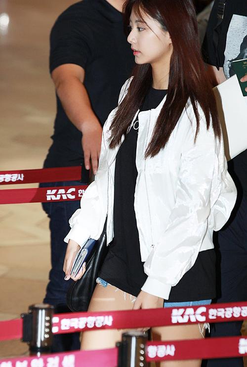 Buổi chiều ngày 24, Twice cũng lên đường ra sân bay. Tzuyu khoe góc nghiêng thần thánh và style trên đông dưới hè khi sang Nhật.