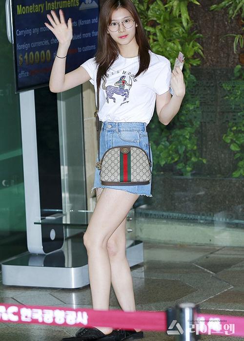 Chân váy ngắn giúp Sana lộ đôi chân thon thả - kết quả của quá trình giảm cân. Nữ ca sĩ cũng gia nhập hội những idol cuồng túi Gucci.