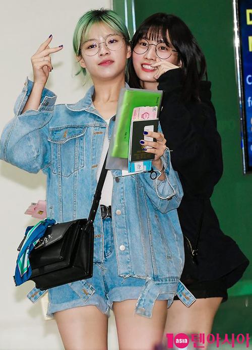 Jeong Yeon cá tính với set đồ deni, nhuộm màu tóc xanh là xu hướng được nhiều nghệ sĩ ưa thích trong năm 2018.