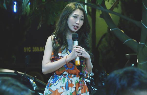 Hình ảnh Khổng Tú Quỳnh hát rong trong phim.