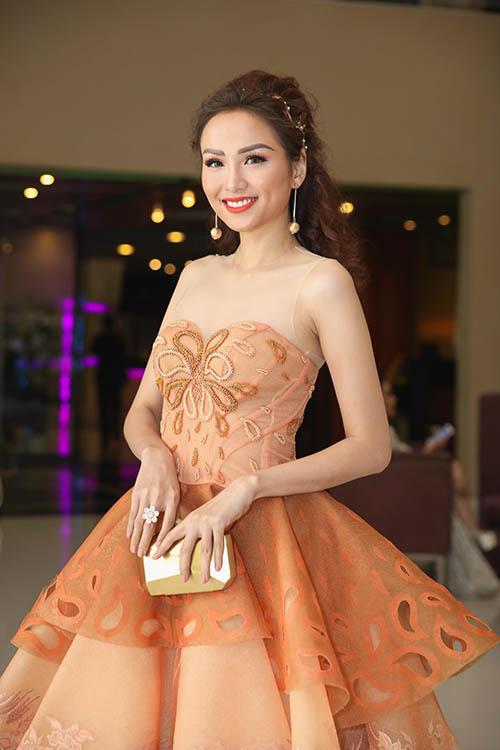Hoa hậu Diễm Hương diện váy công chúa dễ thương.