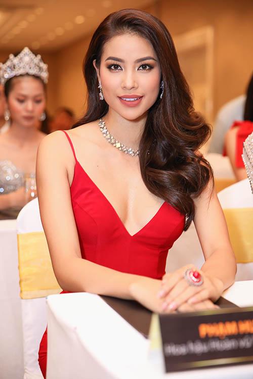 Phạm Hương diện bộ cánh đỏ rực khoe vẻ gợi cảm.