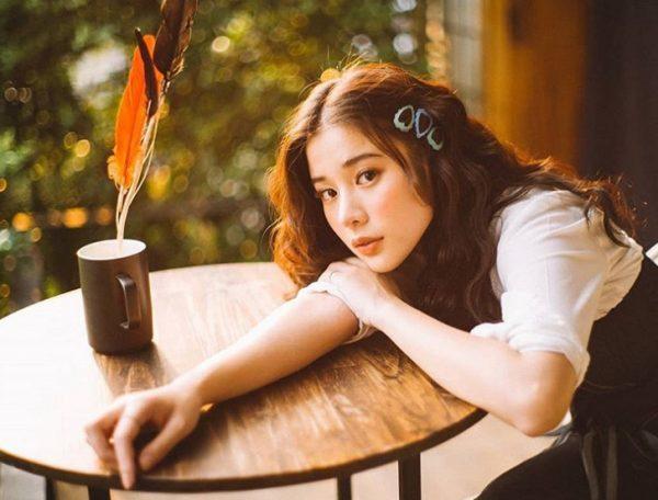 Con gái Thái thường kết hợp 3,4 chiếc kẹp màu cùng lúc, giúp mái tóc có điểm nhấn nổi bần bật.