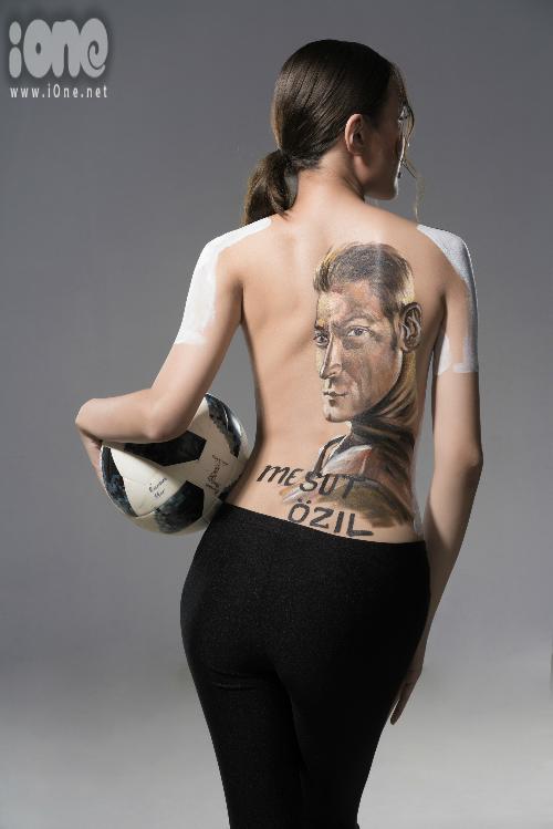 Đặng Phạm Phương Chi còn vẽ hình tiền vệ Mesut Ozil trên lưng.