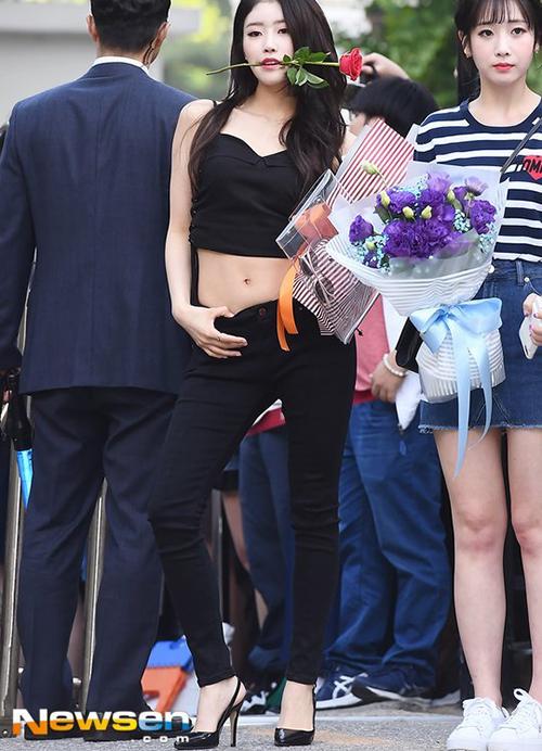 Mi Joo mặc áo 2 dây, hở bụng sexy khi đi làm.