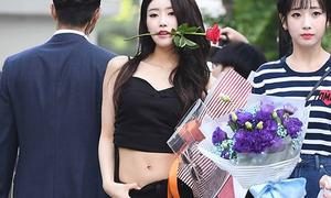 Nữ idol bị chỉ trích 'rẻ tiền' khi liên tục làm lố ở Music Bank