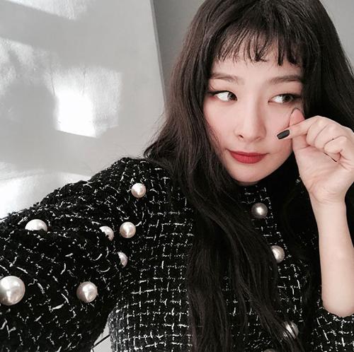 Hình mẫu lý tưởng của Seul Gi là diễn viên Ji Sung, Jo Jung Suk. Cô nàng thích những người có thể bắt chuyện trước, mở đầu mối quan hệ.