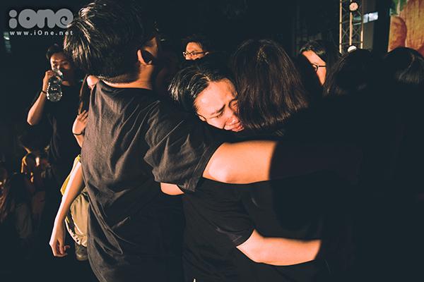 Khóa 10x đầu tiên của trường Ams ôm nhau khóc òa trong ngày ra trường - 9