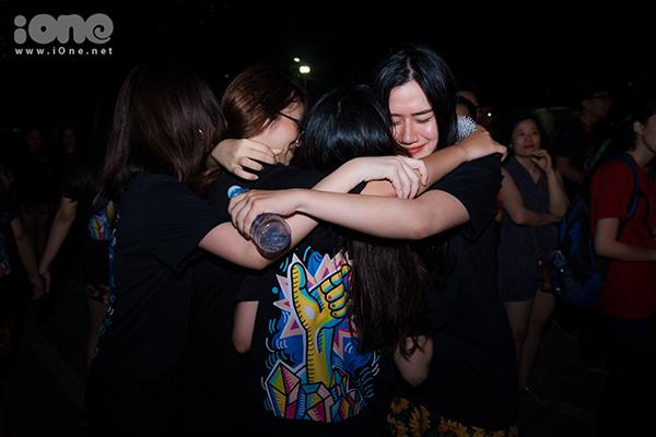 Khóa 10x đầu tiên của trường Ams ôm nhau khóc òa trong ngày ra trường - 6
