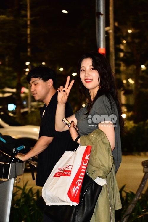 Khi có người nhận ra mình, Son Ji-Hyun thân thiện chào hỏi.
