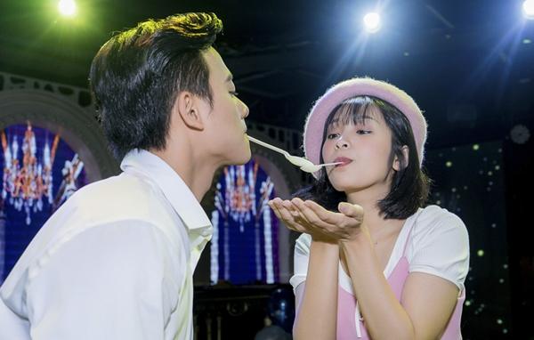 Mai Tài Phến nắm tay bạn gái màn ảnh trước cả trăm fan - 4