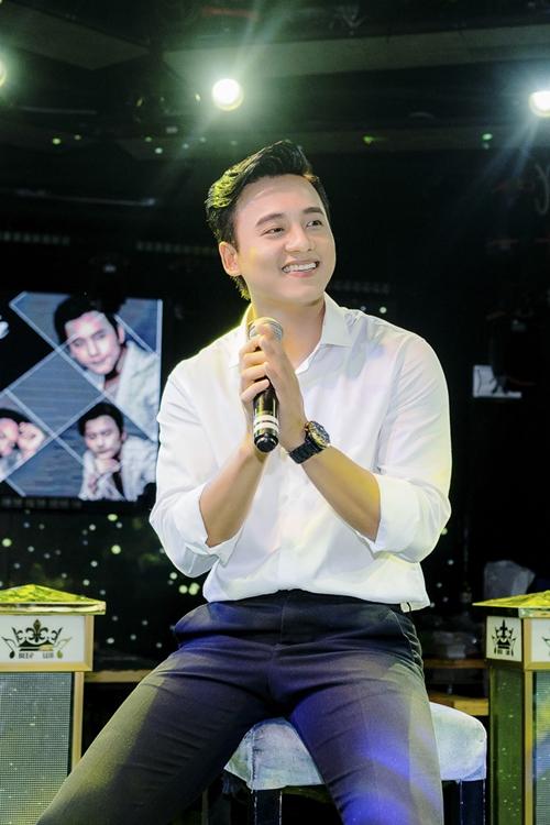 Mai Tài Phến nắm tay bạn gái màn ảnh trước cả trăm fan