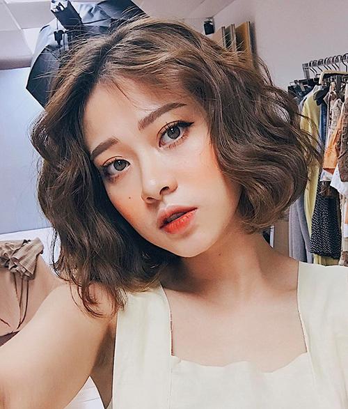 Nếu đã quá nhàm chán với kiểu tóc ngắn đơn thuần, bạn cũng có thể đổi gió với tóc xoăn sóng bồng bềnh cực đẹp mắt. Tóc ngắn xoăn có thể đi với mọi gương mặt nhờ những lọn tóc xoăn có khả năng biến gương mặt trở nên thon gọn hơn.