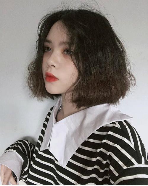 Dù makeup nhẹ hay đậm, mái tóc xoăn vẫn khiến con gái siêu đáng yêu và dễ thương. Tuy nhiên, kiểu tóc này cần được chăm sóc kĩ để các lọn xoăn luôn bóng mượt, nhưng nếu quá lười chăm tóc bạn cũng có thể làm xoăn giả bằng máy để đi chơi trong ngày.