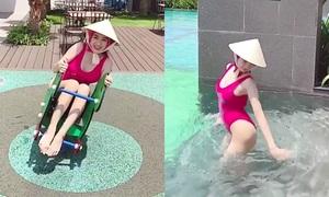 Angela Phương Trinh đội nón lá mặc bikini cưỡi thú nhún