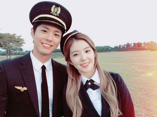 Khi Irene hợp tác với Park Bo Gum làm MC của chương trình Music Bank, cặp đôi vướng tin đồn hẹn hò với quá đẹp đôi, có tương tác ăn ý trên sân khấu và cả trong hậu trường. Trong nhiều bài phỏng vấn, Irene đã phủ nhận tin đồn hẹn hò và nói rằng bản thân cũng không biết số điện thoại của nam diễn viên.