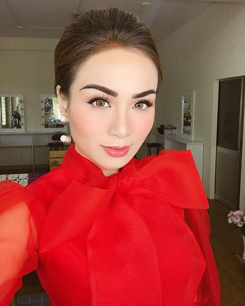 Trước đây, Hoa hậu thế giới người Việt 2010 để lông mày hơi mỏng, thấp gần mắt. Thời gian gần đây, cô chuyển sang kẻ mày cong vút, màu quá đậm trông không hòa hợp với gương mặt tròn đầy hiền hòa.