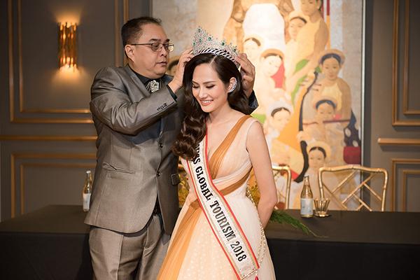 Đại diện cuộc thi trao lại vương miện cho Nguyễn Diệu Linh.