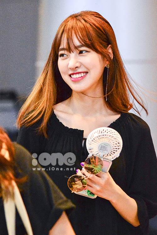 Jin Se Yeon (tên thật Kim Yoon-jung, sinh năm 1994) từng gây sốt trong cá phim truyền hình như Congái của chồng tôi (2011), Mặt nạ cô dâu (2012), Bác sĩ xứ lạ (2014), và Hoa trong ngục (2016)...