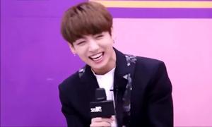 101 điệu cười khó đỡ của 'em út vàng' Jung Kook