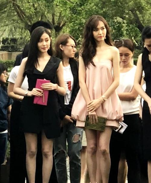 Đường Yên và Trương Thiên Ái gây trầm trồ khi đứng chung một khung hình. Cả hai sao nữ đều có thân hình mảnh mai, làn da đẹp, diện mạo nổi bật.