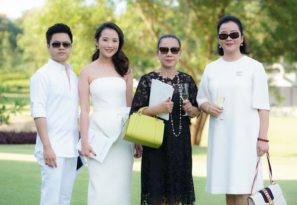 Cả hai đi cùng mẹ của Primmy Trương là bàbà Võ Xuân Trang