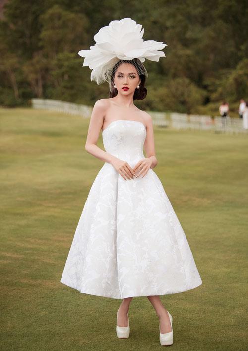 Dù giảm khá nhiều cân sau khi đăng quang Hoa hậu chuyển giới quốc tế 2017 nhưng Hương Giang vẫn giữ được vẻ gợi cảm.