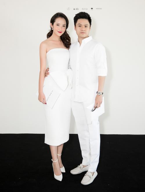 Thiếu gia Phan Thành hộ tống bạn gái Primmy Trương đến xem show diễn. Cả hai tông xuyệt tông với sắc trắng.