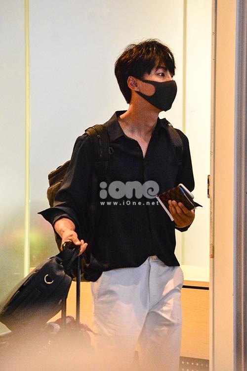 Tối khuya ngày 26/5, nam diễn viên Yoon Si Yoon đáp chuyến bay từ Hàn Quốc đến Đà Nẵng để nghỉ dưỡng cùng đoàn phim Grand Prince. Anh bận công việc nên không đi chung cùng đoàn phim nên đến Việt Nam muộn 2 ngày.