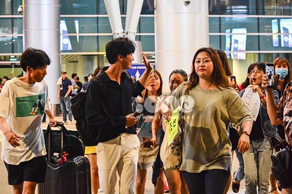 Nam diễn viên đã mở khẩu trang, vẫy tay chào fan Việt khi nhìn thấy nhóm các bạn trẻ mang theo banner in hình và dòng chữ chào đón, túc trực tại sân bay từ sớm.
