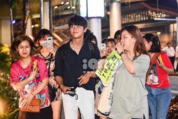 Vừa xuống sân bayt quốc tế Đà Nẵng, Yoon Si Yoon nhanh chóng di chuyển ra xe để về khách sạn.